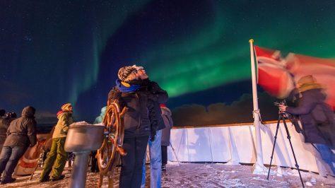 Avistamiento de auroras boreales desde la cubierta del barco. Hurtigruten
