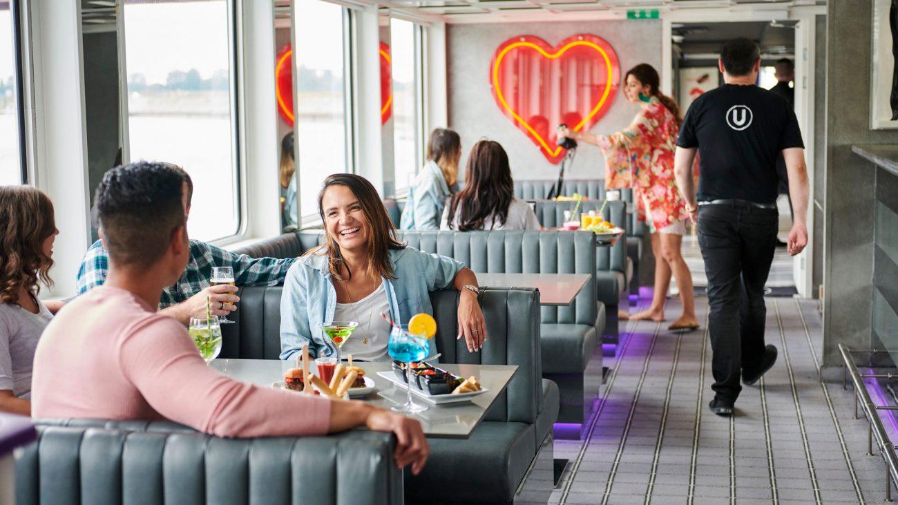 Jóvenes en el Lounge del barco The B, U by Uniworld