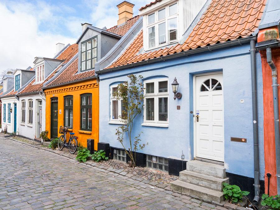 Pintoresca calle Mollestien, Aarhus, Dinamarca