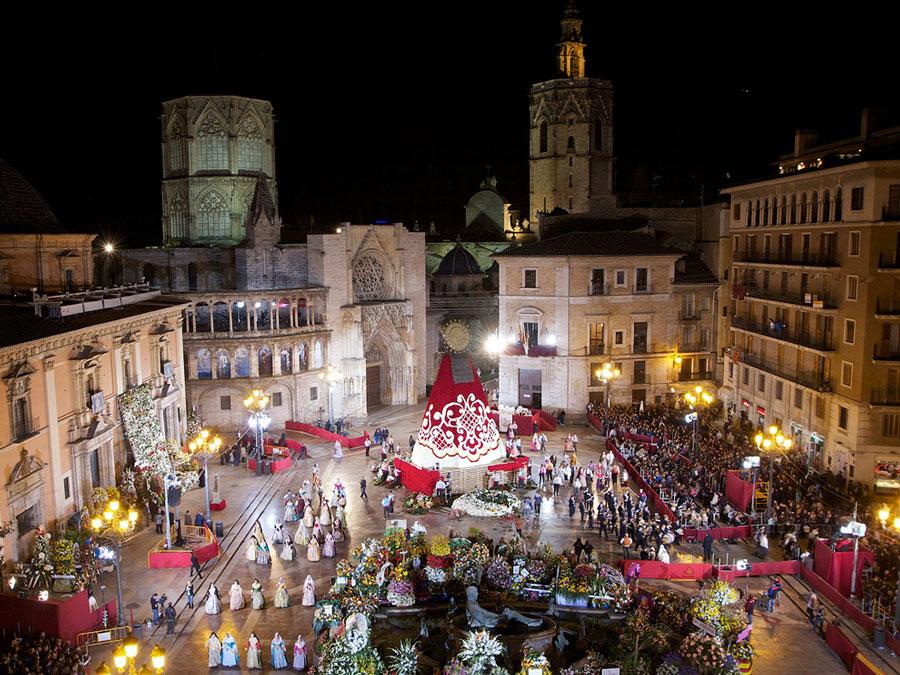 Plaza del Ayuntamiento durante las ofrendas a la Virgen, Valencia,