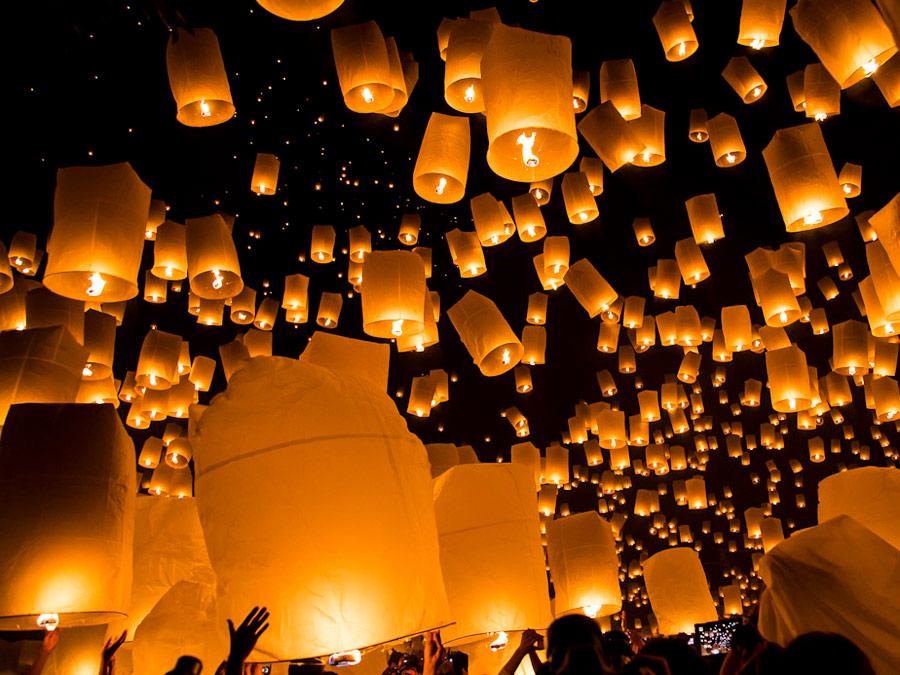 Suelta de globos -faroles durante el festival