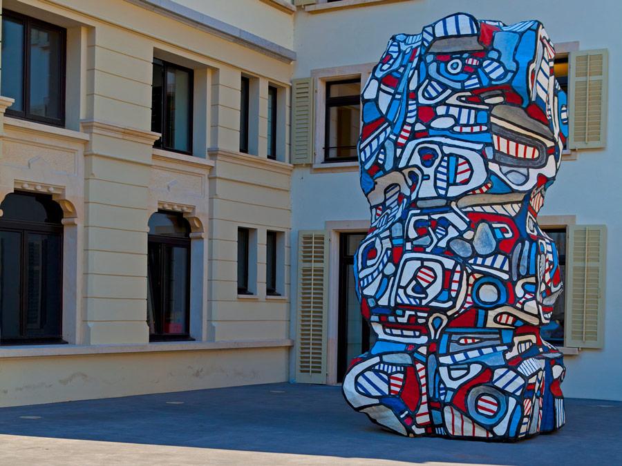 Dolder Grand. Arte original en la facha exterior del hotel.
