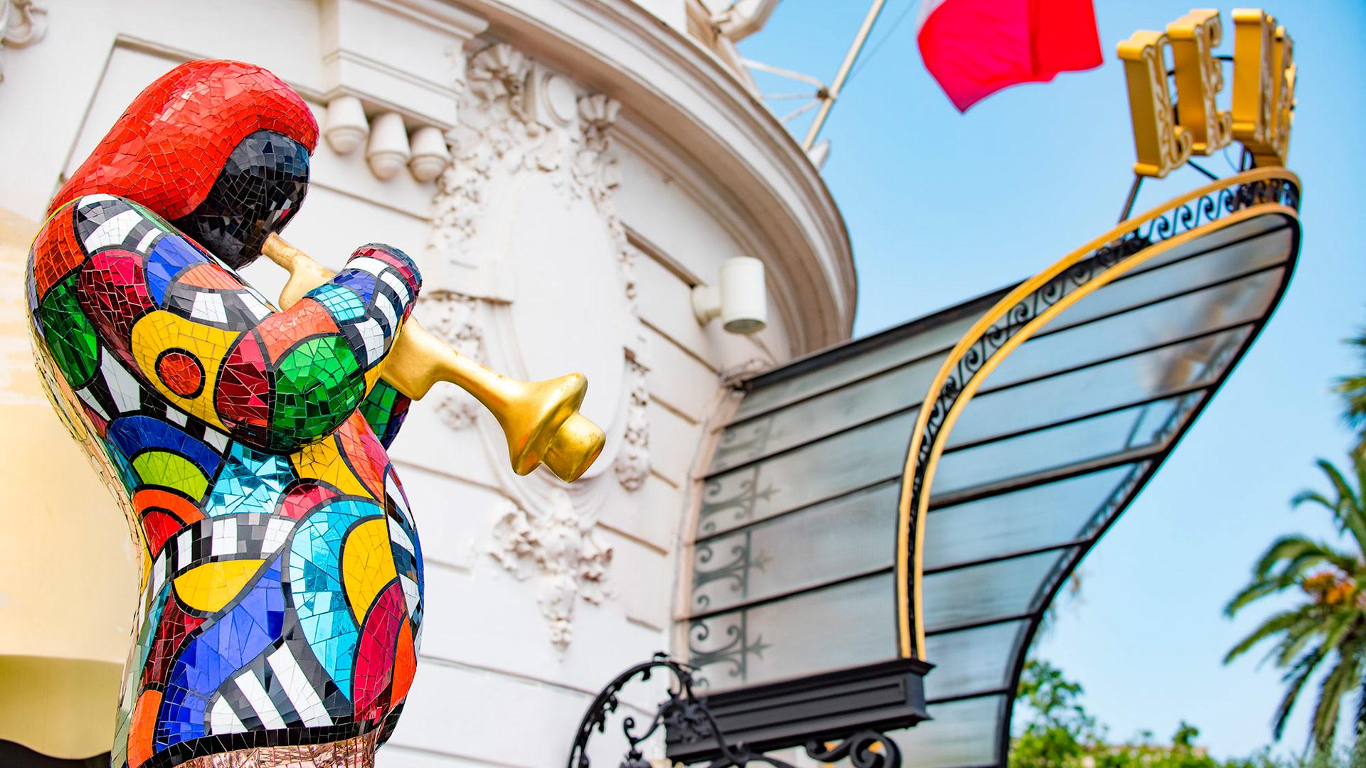 Escultura en homenaje a Miles Davis en la entrada del Hotel Le Negresco, Niza, Francia