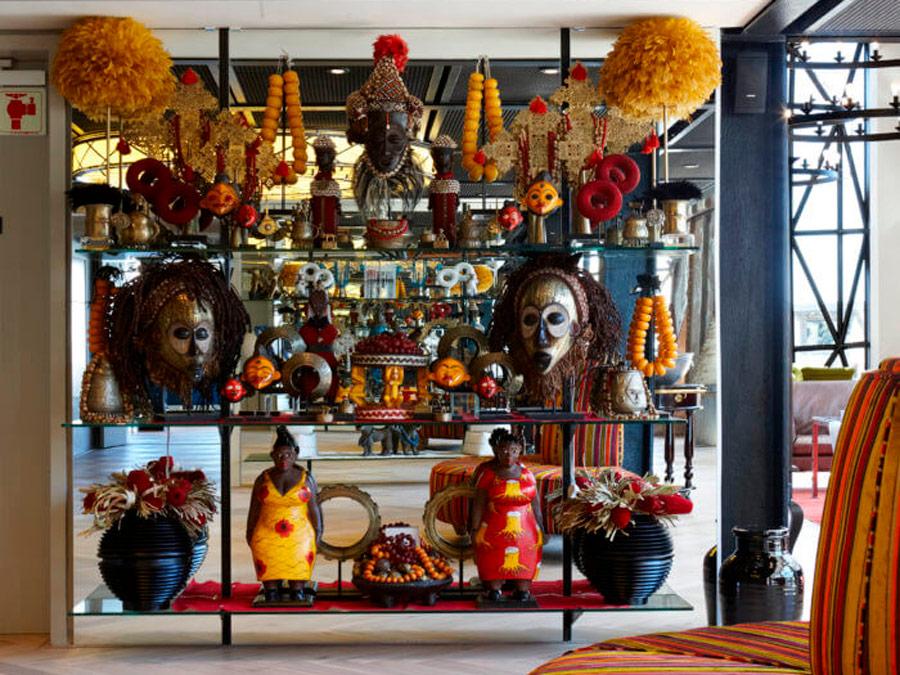 Escaparates con objetos de arte en el lobby del hotel The SIlo Hotel, Ciudad del Cabo
