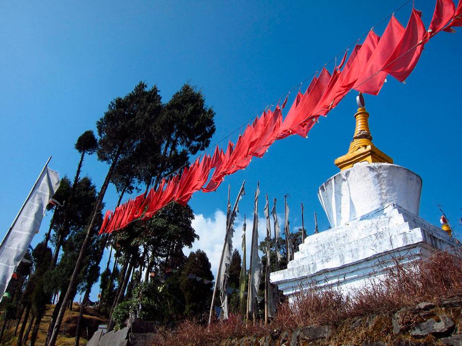 Banderas de oración en Sanga Choling, Pelling, India