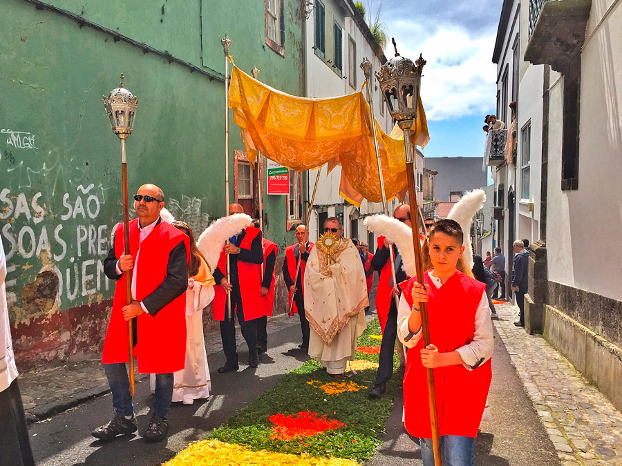 Procesión por las calles de Ponta Delgada
