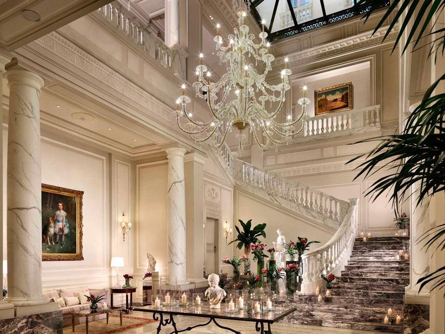 Lobby del Palazzo Parigi en Milano, Italia