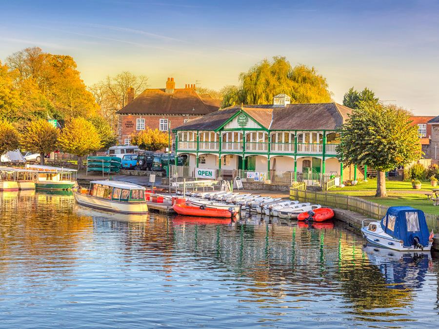 Pasaeo con vista al río en Stratford