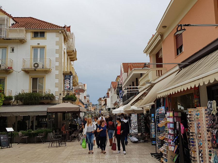 Paseo de compras peatonal en Argostoli, Grecia