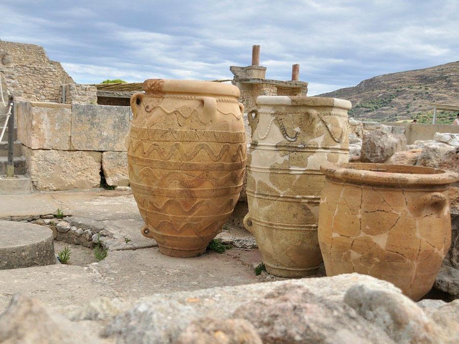 Vasos entre os restos arqueológicos do sítio de Knossos em Creta.