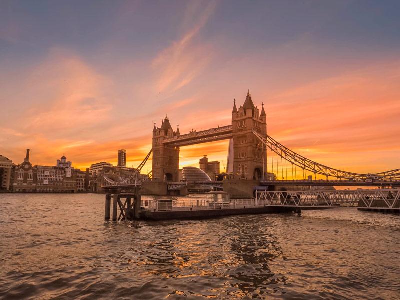 Vista del Tower Bridge de Londres sobre el Támesis