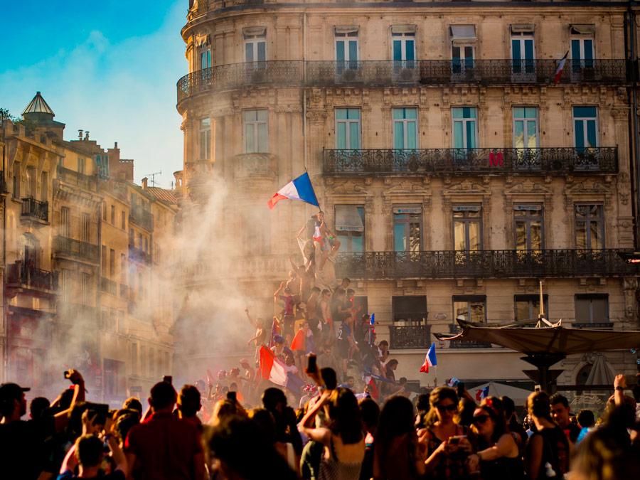 Fiesta callejera en el Día de la Bastilla, París, Francia