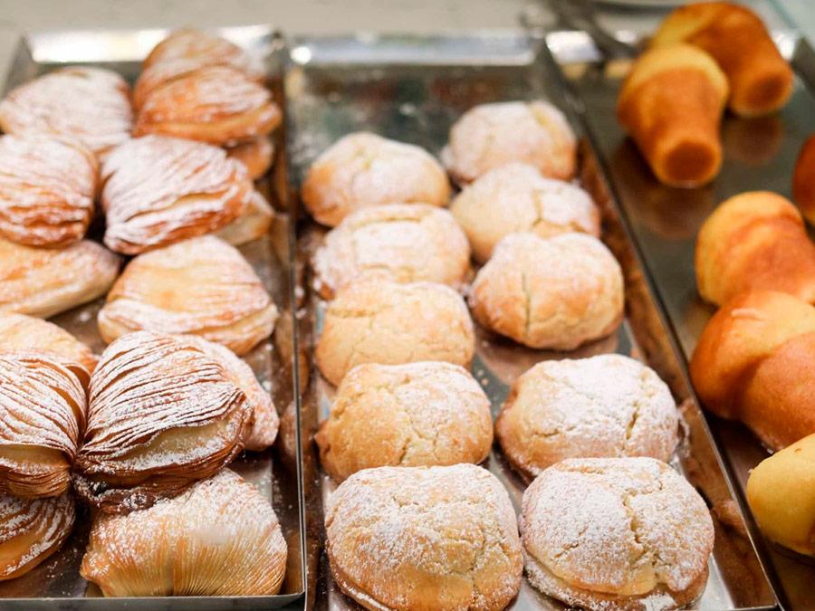 Sfogliatelle y baba, pastelería típica napolitana.