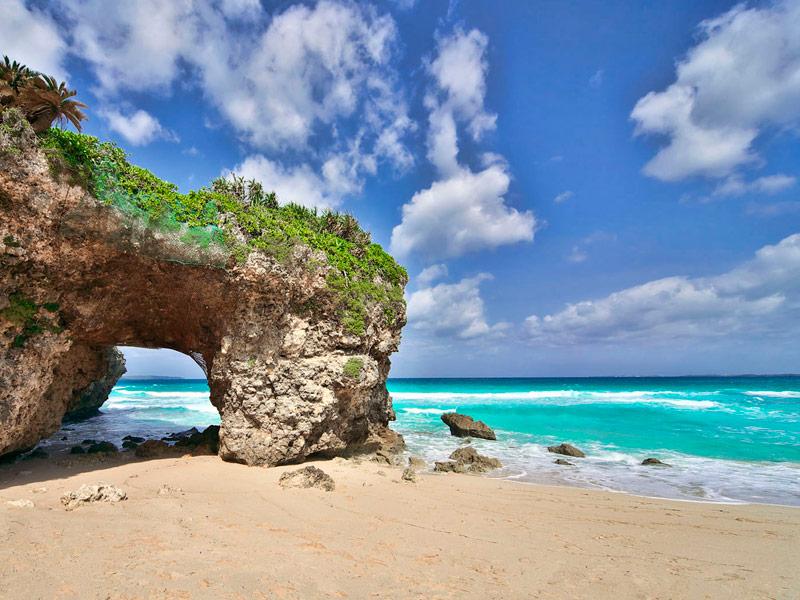 Playa Sunayama en Miyakojima, Okinawa, Japón