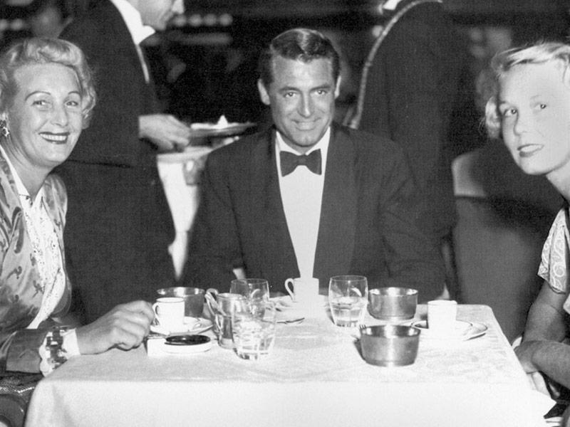 Cary Grand y su familia en el comedor principal de primera clase